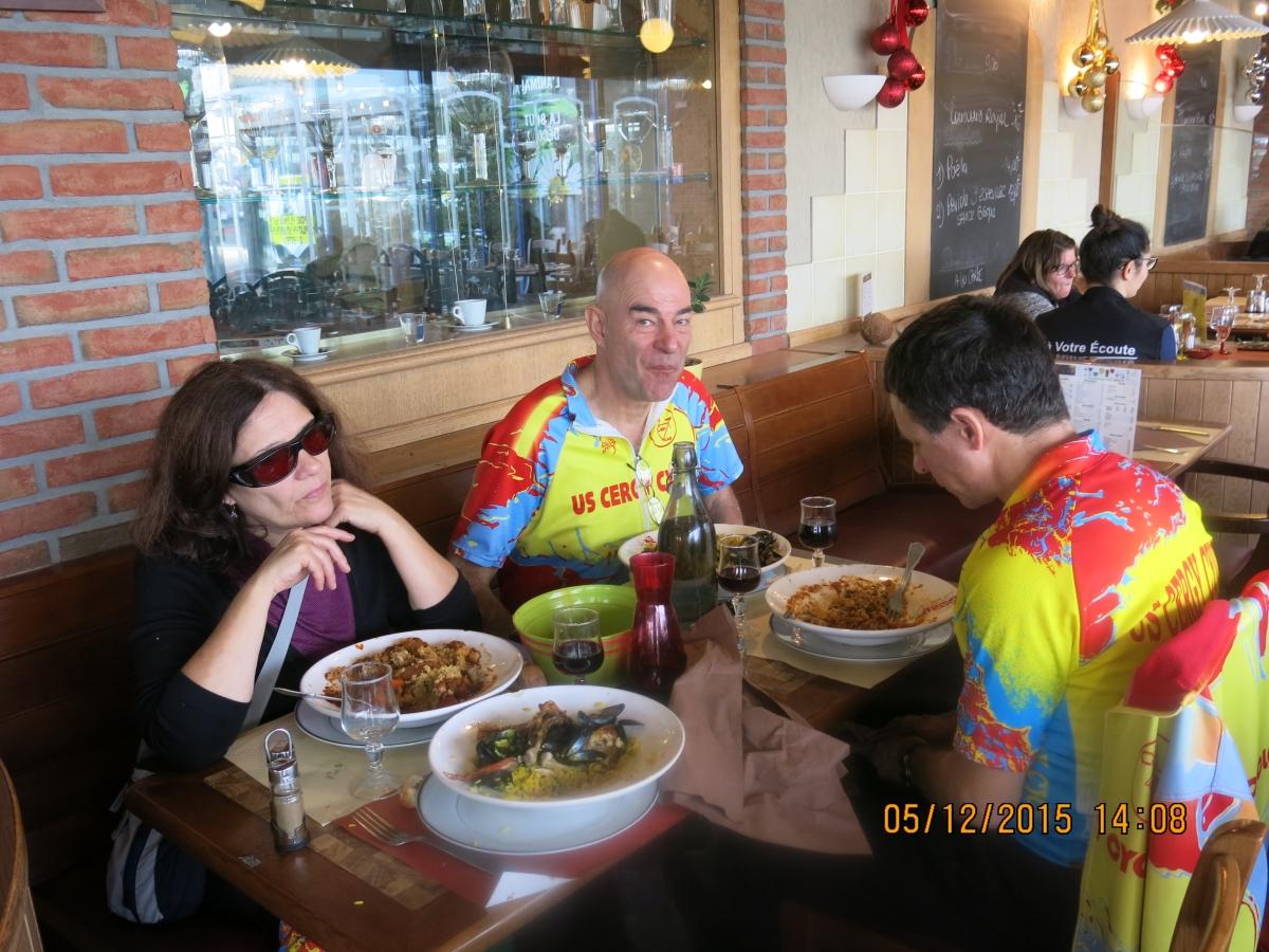 Annie, Joseph, et Lionel en pleine activité restauration avec Jean-Pierre qui prends la photo